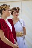 De modellen van wijfjes gekleed in oude Roman kostuums stock foto's