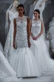 De modellen verschijnen bij een Toost aan Tony Ward: Een Speciale Bruids Inzameling Stock Afbeelding