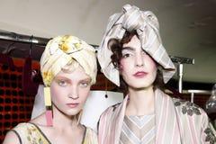 De modellen worden gezien de coulisse voor Antonio Marras tijdens Milan Fashion Week Spring /Summer 2018 toont Royalty-vrije Stock Afbeeldingen