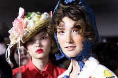 De modellen worden gezien de coulisse voor Antonio Marras tijdens Milan Fashion Week Spring /Summer 2018 toont Stock Foto