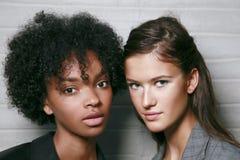 De modellen worden gezien vooruit de coulisse van Au Jour Le Jour tijdens Milan Fashion Week Spring /Summer 2018 toont Stock Foto's