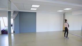 De modellenpraktijk vervuilt binnen vóór modeshow in dansende ruimte stock videobeelden