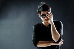 De modelmanier van de zonnebril jonge mens Stock Afbeeldingen