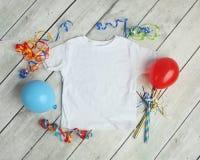 De modelvlakte legt van overhemd van het Kinderen` s het Witte T-stuk royalty-vrije stock fotografie