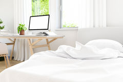 De moderna av den gamla konkreta designen för det vita sovrummet med arbete parkerar upp bärbar datoråtlöje, 3D framför bild Royaltyfri Foto