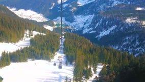 De moderna gondolerna av den Zwieselalm cablewayen, Gosau, Österrike arkivfilmer