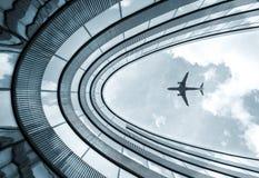 De moderne architectuurbouw met landend vliegtuig Royalty-vrije Stock Afbeeldingen