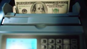 De moderne bankwezendiensten Contant geld tellende machine die 100 dollarsrekeningen tellen stock video