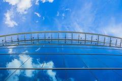 De moderne blauwe glas bedrijfsbouw Stock Fotografie
