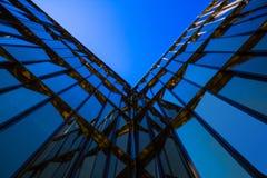 De moderne blauwe glas bedrijfsbouw Royalty-vrije Stock Afbeeldingen