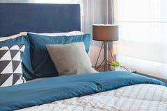 Blauwe Slaapkamer Lamp : De moderne blauwe slaapkamer van de kleurentoon met lamp en vaas