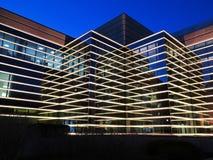 De moderne bouw bij nacht royalty-vrije stock afbeelding