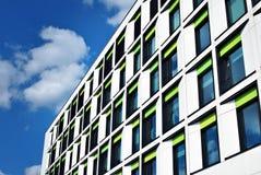 De moderne bouw De moderne bureaubouw met voorgevel van glas Royalty-vrije Stock Afbeelding