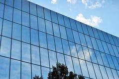 De moderne bouw De moderne bureaubouw met voorgevel van glas Stock Fotografie