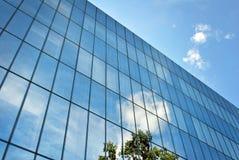 De moderne bouw De moderne bureaubouw met voorgevel van glas Royalty-vrije Stock Fotografie
