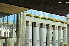 De moderne bouw De moderne bureaubouw met voorgevel van glas Stock Foto's