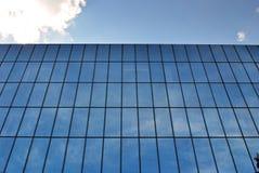 De moderne bouw De moderne bureaubouw met voorgevel van glas Royalty-vrije Stock Afbeeldingen