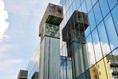 De moderne bouw De moderne bureaubouw met voorgevel van glas Stock Foto