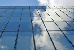De moderne bouw De moderne bureaubouw met voorgevel van glas Stock Afbeeldingen