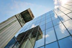 De moderne bouw De moderne bureaubouw met voorgevel van glas Royalty-vrije Stock Foto