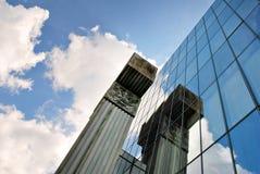 De moderne bouw De moderne bureaubouw met voorgevel van glas Royalty-vrije Stock Foto's