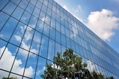 De moderne bouw De moderne bureaubouw met voorgevel van glas Stock Afbeelding
