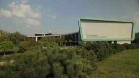 De moderne bouw en een parkgebied binnen van van het, algemeen schot stock video