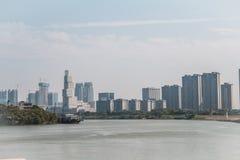 De moderne bouw langs Dongping-rivierkant royalty-vrije stock afbeeldingen