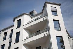 De moderne bouw in München, Duitsland, met blauwe hemel Stock Foto