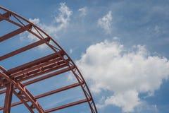 De moderne bouw met de structuur van het staalkader Stock Afbeeldingen
