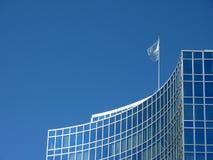 De moderne bouw met de vlag van de Verenigde Naties royalty-vrije stock foto