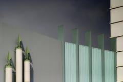 De moderne bouw met grijze hemel Stock Afbeeldingen
