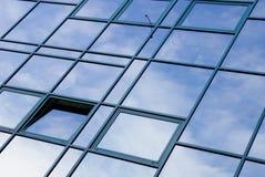 De moderne bouw met vensters Stock Afbeeldingen