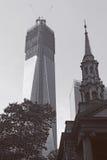 De moderne bouw naast oude kerk Stock Fotografie