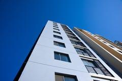 De moderne Bouw onder blauwe hemel Stock Fotografie