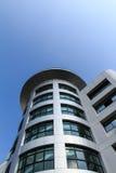 De moderne bouw op blauwe hemel Royalty-vrije Stock Fotografie