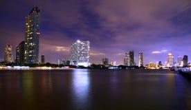 De moderne bouw op de Rivieroever van Chaopraya-Rivier, Bangkok Thailand Royalty-vrije Stock Foto