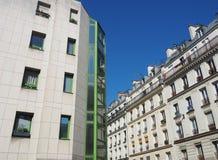 De moderne bouw stelt met traditionele gebouwen tegenover elkaar stock afbeelding