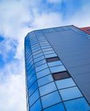 De moderne bouw tegen blauwe hemel met wolken Stock Afbeeldingen