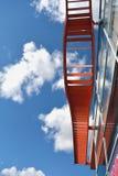 De moderne bouw van de de bouwmuur met decoratieve metaalladder stock foto