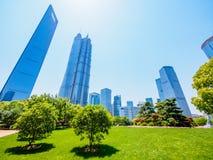 De moderne bouw van het lujiazui financiële centrum in Shanghai Stock Afbeelding
