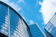 De moderne buitenachtergrond van architectuurgebouwen de bezinning van de wolkenhemel in wolkenkrabbers Royalty-vrije Stock Afbeeldingen