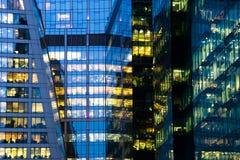 De moderne bureaubouw bij nacht Stock Foto