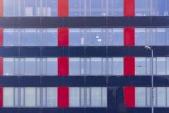 De moderne bureaubouw, de achtergrond van bureauvensters Stock Foto's