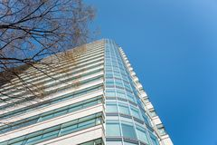 De moderne bureaubouw en blauwe hemel royalty-vrije stock foto