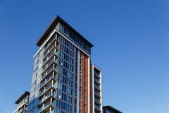 De moderne bureaubouw met blauwe futuristische glasvoorgevel Stock Foto's