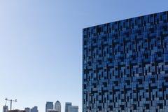 De moderne bureaubouw met blauwe futuristische glasvoorgevel Stock Afbeeldingen