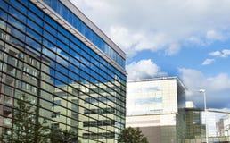 De moderne bureaubouw met glasvoorgevel Stock Afbeeldingen