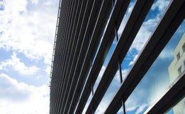 De moderne bureaubouw met glasvoorgevel Stock Foto's
