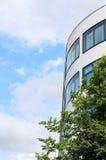 De moderne bureaubouw met weerspiegelde vensters Stock Fotografie